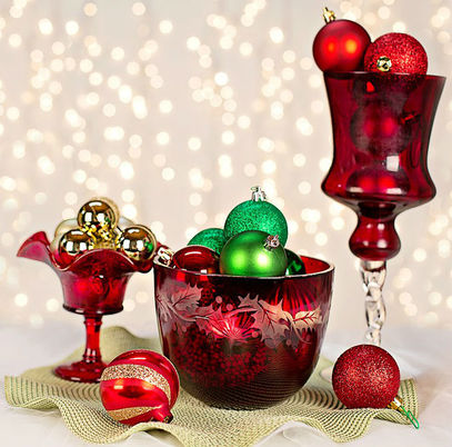 Christmas Holiday Bath and Shower Decor Ideas: Red Ornament Decoration